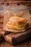 Ψημένο στη σχάρα σάντουιτς τυριών με το πιπέρι τσίλι σε χαρτί για τον ξύλινο πίνακα Εκλεκτική εστίαση Στοκ φωτογραφίες με δικαίωμα ελεύθερης χρήσης