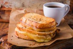 Ψημένο στη σχάρα σάντουιτς τυριών με το πιπέρι τσίλι σε χαρτί για τον ξύλινο πίνακα Εκλεκτική εστίαση Στοκ εικόνες με δικαίωμα ελεύθερης χρήσης