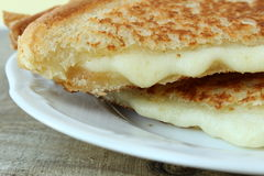 Ψημένο στη σχάρα σάντουιτς τυριών που γίνεται με το τυρί Cheddar στοκ εικόνες