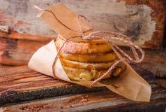 Ψημένο στη σχάρα σάντουιτς τυριών σε χαρτί για τον ξύλινο πίνακα Εκλεκτική εστίαση Στοκ Εικόνες
