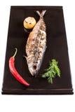 Ψημένο στη σχάρα σκουμπρί σε ένα μαύρο πιάτο Στοκ εικόνα με δικαίωμα ελεύθερης χρήσης