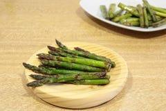 Ψημένο στη σχάρα σπαράγγι που μαγειρεύεται Στοκ Εικόνες