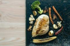 ψημένο στη σχάρα στήθος κοτόπουλου και ψημένα λαχανικά Στοκ Εικόνες