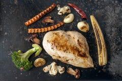 ψημένο στη σχάρα στήθος κοτόπουλου και ψημένα λαχανικά Στοκ Φωτογραφίες