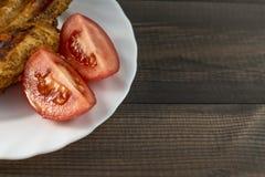 Ψημένο στη σχάρα στήθος κοτόπουλου με τις ντομάτες Στοκ Φωτογραφία