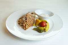 Ψημένο στη σχάρα στήθος κοτόπουλου στις διαφορετικές παραλλαγές με τις ντομάτες κερασιών Στοκ Φωτογραφίες
