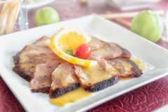 Ψημένο στη σχάρα φέτα κρέας μπριζόλας με τη σάλτσα λεμονιών Στοκ φωτογραφία με δικαίωμα ελεύθερης χρήσης