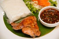 Ψημένο στη σχάρα φτερό κοτόπουλου και κολλώδες ρύζι στοκ εικόνες