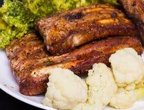 Ψημένο στη σχάρα χοιρινό κρέας με τα λαχανικά Στοκ Φωτογραφίες