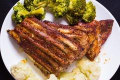 Ψημένο στη σχάρα χοιρινό κρέας με τα λαχανικά Στοκ Φωτογραφία