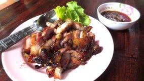 Ψημένο στη σχάρα χοιρινό κρέας με τη σάλτσα στο πιάτο στοκ φωτογραφία με δικαίωμα ελεύθερης χρήσης