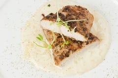 Ψημένο στη σχάρα χοιρινό κρέας με τη σάλτσα λεμονιών Στοκ εικόνα με δικαίωμα ελεύθερης χρήσης