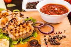 Ψημένο στη σχάρα χοιρινό κρέας με Salsa και τα καρυκεύματα Στοκ Φωτογραφίες