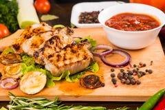 Ψημένο στη σχάρα χοιρινό κρέας με Salsa και τα καρυκεύματα Στοκ φωτογραφία με δικαίωμα ελεύθερης χρήσης