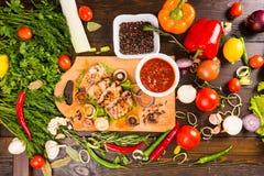 Ψημένο στη σχάρα χοιρινό κρέας με Salsa και τα φρέσκα συστατικά Στοκ Εικόνες