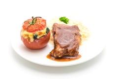 ψημένο στη σχάρα χοιρινό κρέας πλευρών με τις πατάτες πολτοποίησης και σπανάκι που ψήνεται στην ντομάτα Στοκ εικόνες με δικαίωμα ελεύθερης χρήσης
