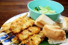 Ψημένο στη σχάρα χοιρινό κρέας που εξυπηρετείται με τη σάλτσα φυστικιών ή το γλυκόπικρο μουγκρητό σάλτσας satay Στοκ φωτογραφίες με δικαίωμα ελεύθερης χρήσης