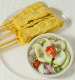 Ψημένο στη σχάρα χοιρινό κρέας Satay με τη σαλάτα αγγουριών σε ένα πιάτο Στοκ φωτογραφίες με δικαίωμα ελεύθερης χρήσης