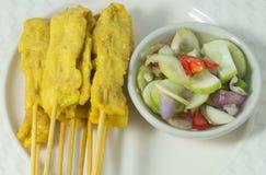 Ψημένο στη σχάρα χοιρινό κρέας Satay με τη σαλάτα αγγουριών στο άσπρο πιάτο Στοκ φωτογραφία με δικαίωμα ελεύθερης χρήσης