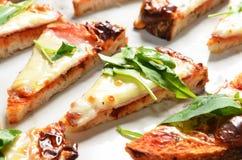 Ψημένο στη σχάρα ψωμί μαγιάς με το ζαμπόν, το τυρί και το λαχανικό στοκ φωτογραφία