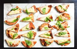 Ψημένο στη σχάρα ψωμί μαγιάς με το ζαμπόν, το τυρί και το λαχανικό στοκ εικόνες