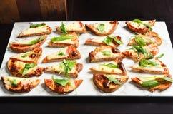 Ψημένο στη σχάρα ψωμί μαγιάς με το ζαμπόν, το τυρί και το λαχανικό στοκ φωτογραφίες
