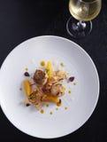 Ψημένο στη σχάρα όστρακο με την πορτοκαλιά σαλάτα Στοκ Φωτογραφία