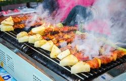 Ψημένο στη σχάρα bbq κοτόπουλο και χοιρινό κρέας Στοκ φωτογραφία με δικαίωμα ελεύθερης χρήσης