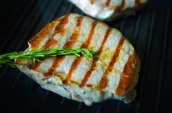 Ψημένο στη σχάρα BBQ ψήσιμο μπριζόλας σε ένα τηγάνι Στοκ φωτογραφία με δικαίωμα ελεύθερης χρήσης