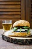 Ψημένο στη σχάρα burger μανιταριών portobello Υγιές χάμπουργκερ veggies με τα κρεμμύδια, arugula, τυρί, πικάντικα παστωμένα καυτά Στοκ Εικόνες