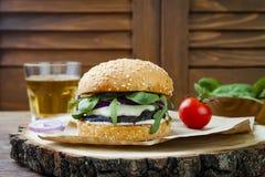Ψημένο στη σχάρα burger μανιταριών portobello Υγιές χάμπουργκερ veggies με τα κρεμμύδια, arugula, τυρί, πικάντικα παστωμένα καυτά Στοκ Φωτογραφία