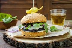 Ψημένο στη σχάρα burger μανιταριών portobello Υγιές χάμπουργκερ veggies με τα κρεμμύδια, arugula, τυρί, πικάντικα παστωμένα καυτά Στοκ φωτογραφίες με δικαίωμα ελεύθερης χρήσης