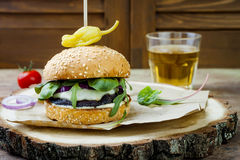 Ψημένο στη σχάρα burger μανιταριών portobello Υγιές χάμπουργκερ veggies με τα κρεμμύδια, arugula, τυρί, πικάντικα παστωμένα καυτά Στοκ εικόνα με δικαίωμα ελεύθερης χρήσης