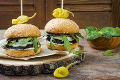 Ψημένο στη σχάρα burger μανιταριών portobello Υγιές χάμπουργκερ veggies με τα κρεμμύδια, arugula, τυρί, πικάντικα παστωμένα καυτά Στοκ εικόνες με δικαίωμα ελεύθερης χρήσης