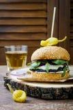 Ψημένο στη σχάρα burger μανιταριών portobello Υγιές χάμπουργκερ veggies με τα κρεμμύδια, arugula, τυρί, πικάντικα παστωμένα καυτά Στοκ Εικόνα
