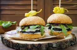 Ψημένο στη σχάρα burger μανιταριών portobello Υγιές χάμπουργκερ veggies με τα κρεμμύδια, arugula, τυρί, πικάντικα παστωμένα καυτά Στοκ Φωτογραφίες