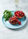 Ψημένο στη σχάρα Burger με την ντομάτα και το πιπέρι Salsa Στοκ φωτογραφίες με δικαίωμα ελεύθερης χρήσης