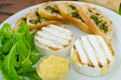 Ψημένο στη σχάρα camembert με το baguette Στοκ εικόνες με δικαίωμα ελεύθερης χρήσης