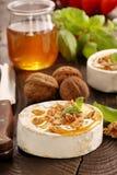 Ψημένο στη σχάρα camembert τυρί με το μέλι και τα καρύδια Στοκ φωτογραφία με δικαίωμα ελεύθερης χρήσης