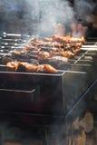 Ψημένο στη σχάρα kebab μαγείρεμα στο οβελίδιο μετάλλων Στοκ Εικόνα
