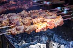 Ψημένο στη σχάρα kebab μαγείρεμα στο οβελίδιο μετάλλων Στοκ εικόνες με δικαίωμα ελεύθερης χρήσης