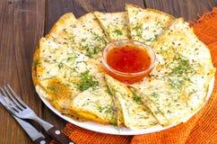 Ψημένο στη σχάρα pita, focaccia με το τυρί και χορτάρια, σάλτσα στοκ φωτογραφίες με δικαίωμα ελεύθερης χρήσης