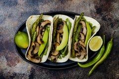 Ψημένο στη σχάρα portobello, σπαράγγι, πιπέρια κουδουνιών, πράσινα fajitas φασολιών Tacos μανιταριών Poblano με το jalapeno, cila Στοκ φωτογραφίες με δικαίωμα ελεύθερης χρήσης