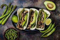 Ψημένο στη σχάρα portobello, σπαράγγι, πιπέρια κουδουνιών, πράσινα fajitas φασολιών Tacos μανιταριών Poblano με το jalapeno, cila Στοκ εικόνα με δικαίωμα ελεύθερης χρήσης