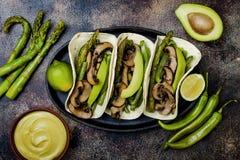 Ψημένο στη σχάρα portobello, σπαράγγι, πιπέρια κουδουνιών, πράσινα fajitas φασολιών Tacos μανιταριών Poblano με το jalapeno, cila Στοκ Εικόνα