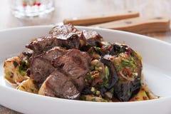 Ψημένο στη σχάρα tenderloin κρέατος με το μαγειρευμένο ψημένο πιάτο λαχανικών και χορταριών Στοκ Φωτογραφίες