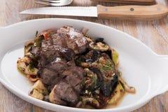 Ψημένο στη σχάρα tenderloin κρέατος με το μαγειρευμένο ψημένο πιάτο λαχανικών και χορταριών Στοκ εικόνα με δικαίωμα ελεύθερης χρήσης