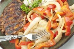 Ψημένο στη σχάρα Teriyaki κοτόπουλο με τα πιπέρια και τα κρεμμύδια Στοκ Εικόνες