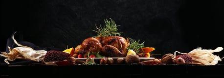 Ψημένο Τουρκία ή κοτόπουλο Ο πίνακας Χριστουγέννων εξυπηρετείται με μια Τουρκία, που διακοσμείται με τα φρούτα, τη σαλάτα και τα  στοκ εικόνες