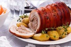 Ψημένο χοιρινό κρέας με την πατάτα και την πρασινάδα Στοκ φωτογραφία με δικαίωμα ελεύθερης χρήσης